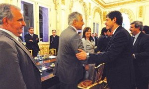 Abal Medina saluda a uno de los editores que integra AFERA.